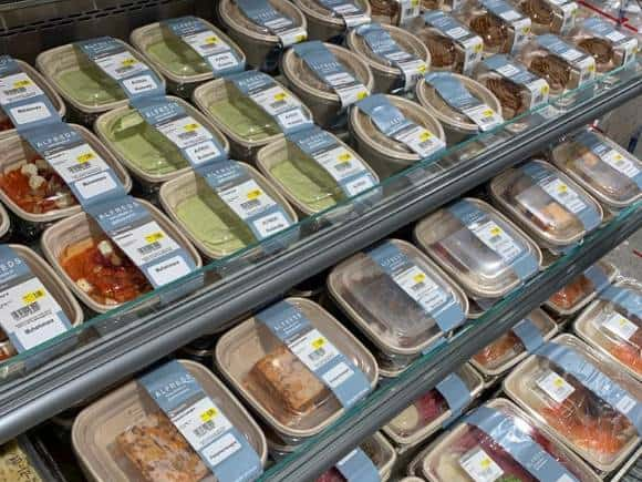 Gerechten van restaurant Alfreds in de schappen van supermarkt Hoogvliet in winkelcentrum de Atlas